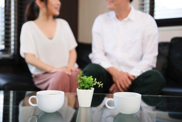 コーヒーを飲みながら語り合うカップル