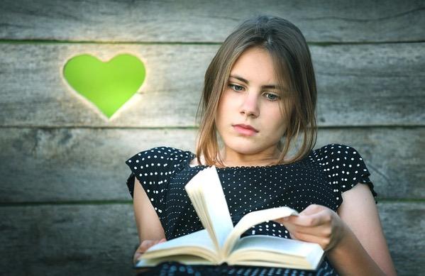 本をよむ女の子